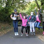 Jugendliche hüpfen im Park
