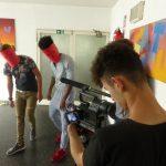 Ein Junge an einer großen Filmkamera film zwei Jungen