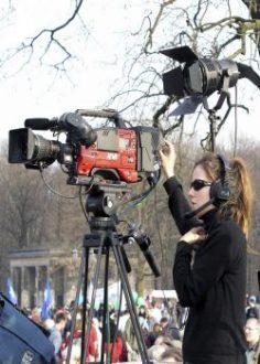 Mädchen an einer Kamera