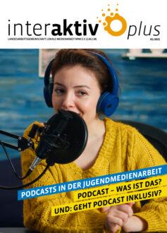 Cover der Interaktiv plus zeigt eine Person vor einem Aufnahmemikro
